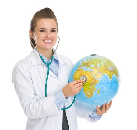 turismo ecologico: Mujer feliz m�dico escucha con el estetoscopio globo
