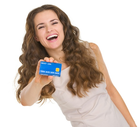 tarjeta de credito: Retrato de mujer joven feliz que muestra la tarjeta de cr�dito