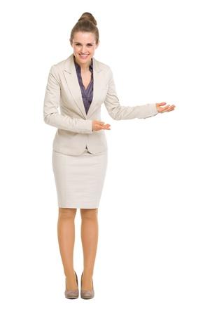 invitando: Retrato de cuerpo entero de la mujer de negocios que invita