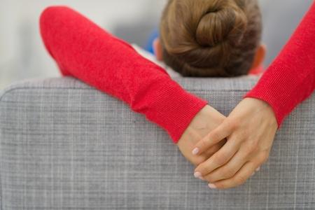 divan: Primer en las manos de la mujer joven que pone en el sof� en el retrovisor sal�n Foto de archivo