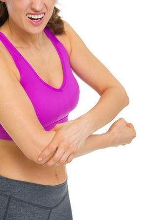 肘の痛みを持つ女性へのクローズ アップ