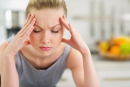 depressione: Ritratto di stressati giovane casalinga in cucina moderna
