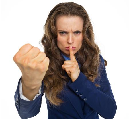 Ernstige zaken vrouw bedreigt met vuist Stockfoto