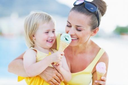 Bambino sorridente dando madre gelato Archivio Fotografico - 21354136