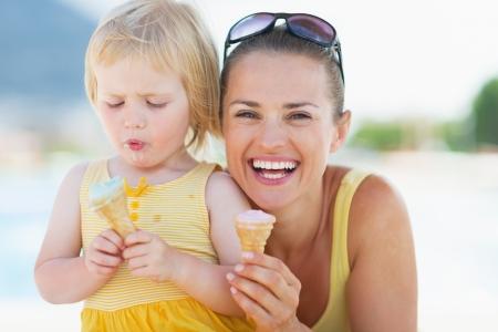 eating ice cream: Felice madre e il bambino mangia il gelato