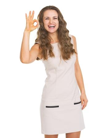 Gelukkige jonge vrouw die ok gebaar toont