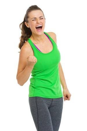 Gelukkig fitness jonge vrouw maakt vuist pomp gebaar