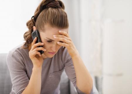 Benadrukt jonge vrouw praten mobiele telefoon Stockfoto