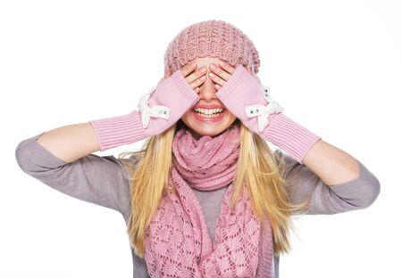 eyes closing: Ni�a adolescente feliz en el sombrero de invierno y bufanda cierre los ojos