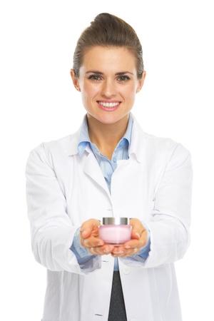 Sonreír cosmetóloga mujer médico que muestra la botella de crema Foto de archivo - 21511434