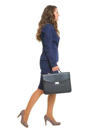 full length: Volledige lengte portret van zakenvrouw met aktetas gaat zijwaarts