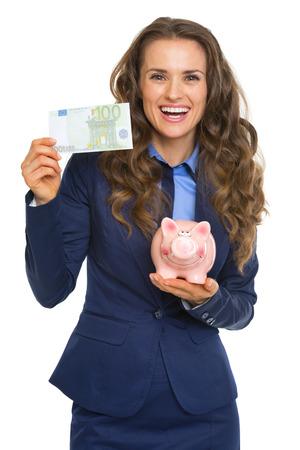 show bill: Sonriente mujer de negocios que muestra ? 100 y una hucha