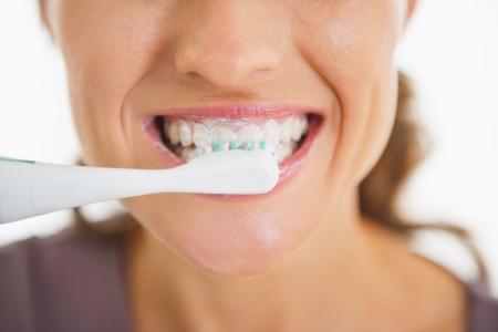 pincel: Primer plano de una mujer feliz cepillarse los dientes