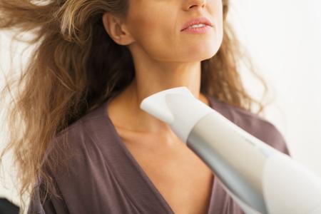 女性ブロードライ髪にクローズ アップ