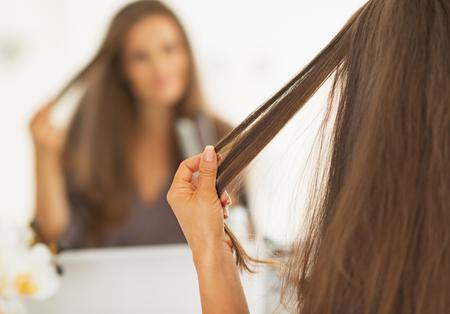 capelli LISCI: Primo piano sui capelli verifica donna dopo la raddrizzatura Archivio Fotografico
