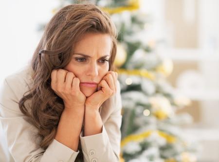 クリスマスの木の近くの不満の若い女性の肖像画 写真素材