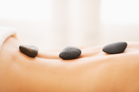 Close-up op jonge vrouw die hot stone massage