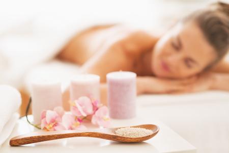 relajado: Primer plano sobre los componentes de la terapia de spa y relajado mujer joven en el fondo