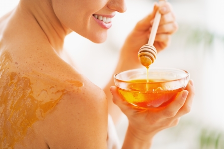 Closeup on young woman with honey on back holding honey plate Фото со стока - 25190656