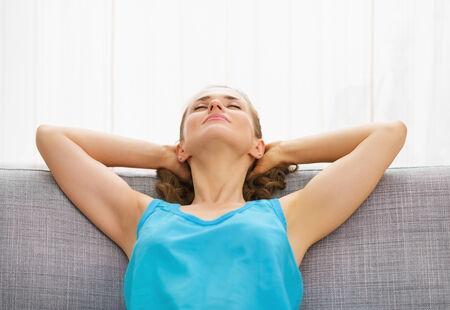 divan: Joven mujer de relax en el div�n