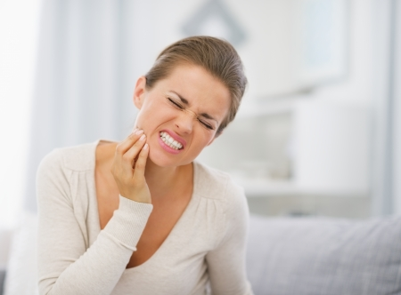 dents: Portrait de jeune femme avec le mal de dents Banque d'images