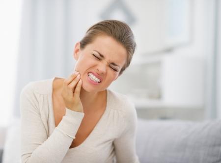 dolor de muela: Retrato de mujer joven con dolor de muelas