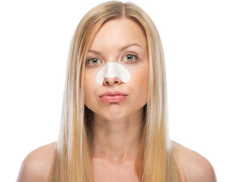 Mujer joven en cuestión con las tiras claras-up en la nariz