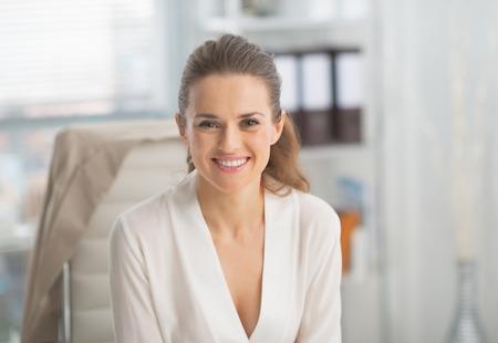 mujer alegre: Retrato de sonriente mujer de negocios moderna en la oficina