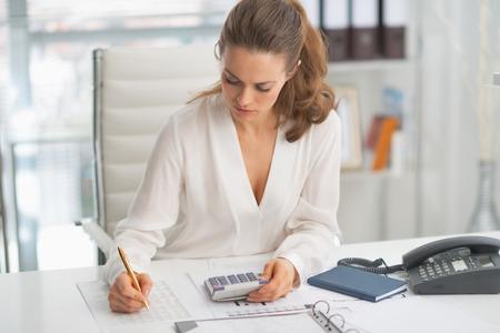 モダンなビジネス女性のオフィスで働く