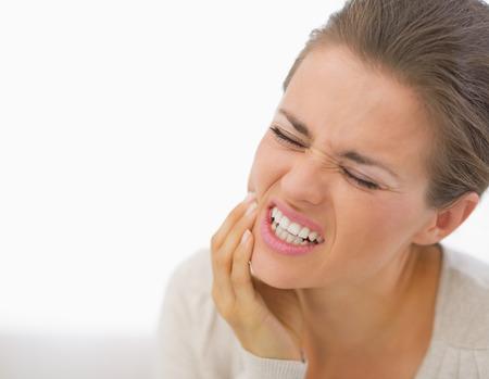 Portrait einer jungen Frau mit Zahnschmerzen