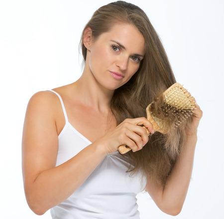 Frustrato giovane donna pettinatura dei capelli