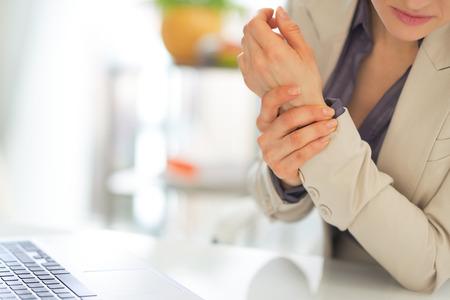손목에 통증이 비즈니스 여자의 근접 촬영