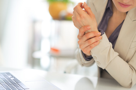 artrite: Primo piano sulla donna d'affari con il dolore al polso Archivio Fotografico