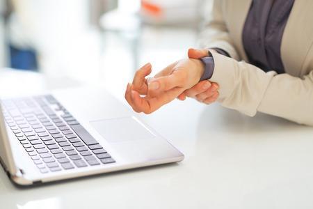 手首の痛みを持つ女性実業家のクローズ アップ
