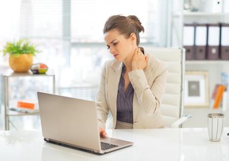 pena: Mujer de negocios con dolor de cuello