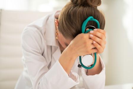 Stressed vrouw van de arts in het kantoor