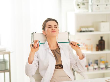Entspannt Arzt Frau sitzt im Büro Standard-Bild - 28211018