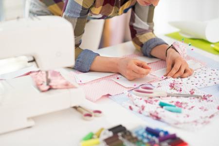 maquinas de coser: Primer en costurera que trabaja en estudio Foto de archivo