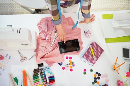 maquinas de coser: Primer en costurera con tablet pc en el trabajo