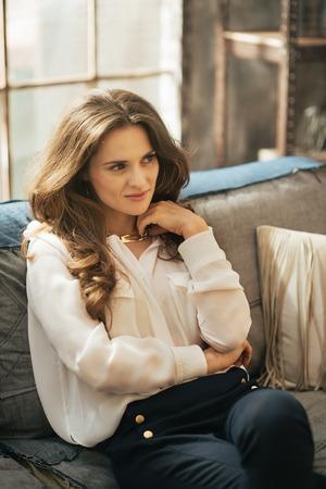 divan: Mujer joven pensativo sentado en el div�n