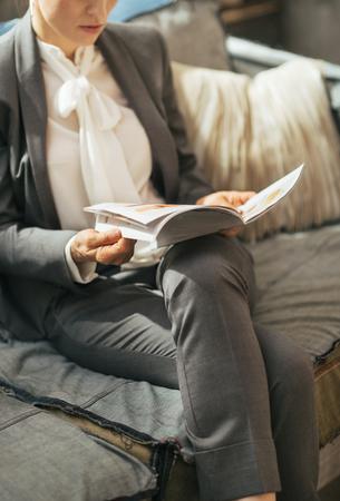 divan: Nahaufnahme auf Gesch�ftsfrau Lesung Magazin w�hrend der Sitzung auf Sofa Lizenzfreie Bilder