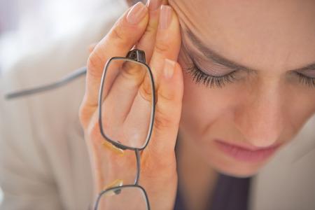 Nahaufnahme auf betonte Business-Frau mit Brille
