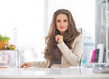 사무실에서 행복한 비즈니스 여자