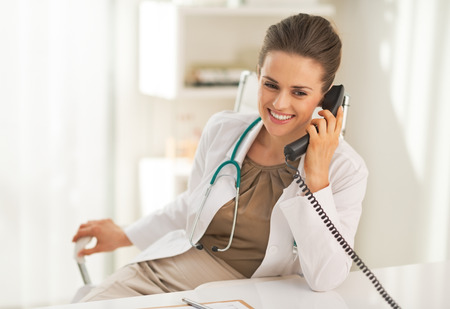 Happy doctor woman talking phone Banque d'images