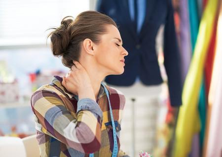 首の痛みと疲れの仕立て屋女性のポートレート 写真素材