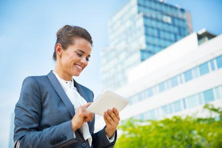 Mujer de negocios con tablet pc en el distrito de la oficina