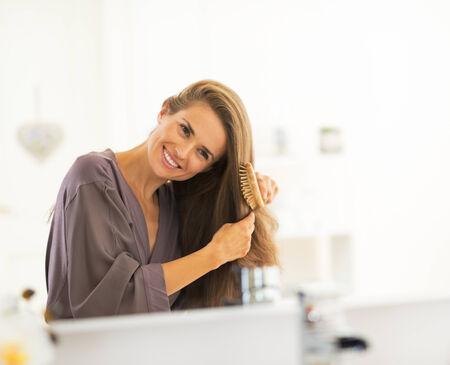 幸せな若い女とかす髪 写真素材