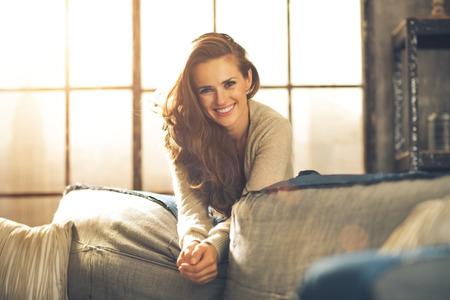 로프트 아파트에서 행복 한 젊은 여자의 초상화 스톡 콘텐츠