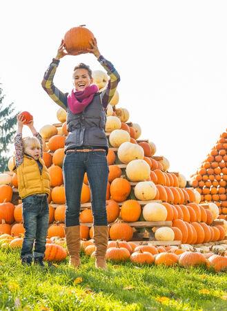 幸せな母と子カボチャ ピラミデの前にカボチャを上昇