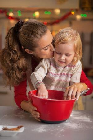 smeared baby: Retrato de harina untada madre y beb� que hacen las galletas de Navidad